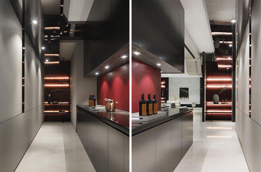 (圖)設計師大量運用灰鏡開拓寬廣的空間感,廊道即以天花鏡帶解決低樑問題。