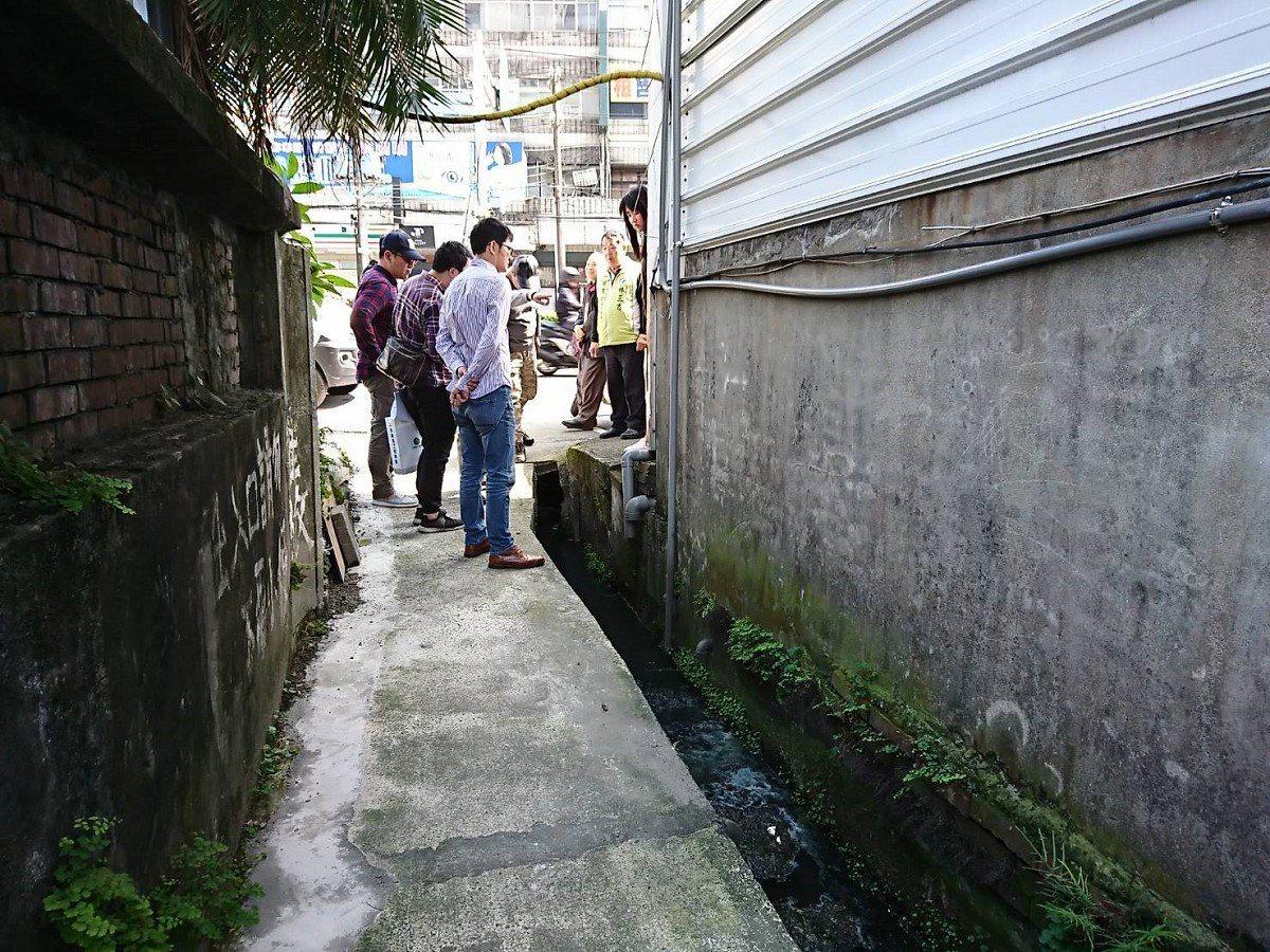 汐止區大同路二段,靠近新台五路到同興路中間,下大雨就容易積淹水,設計的水溝只有加...