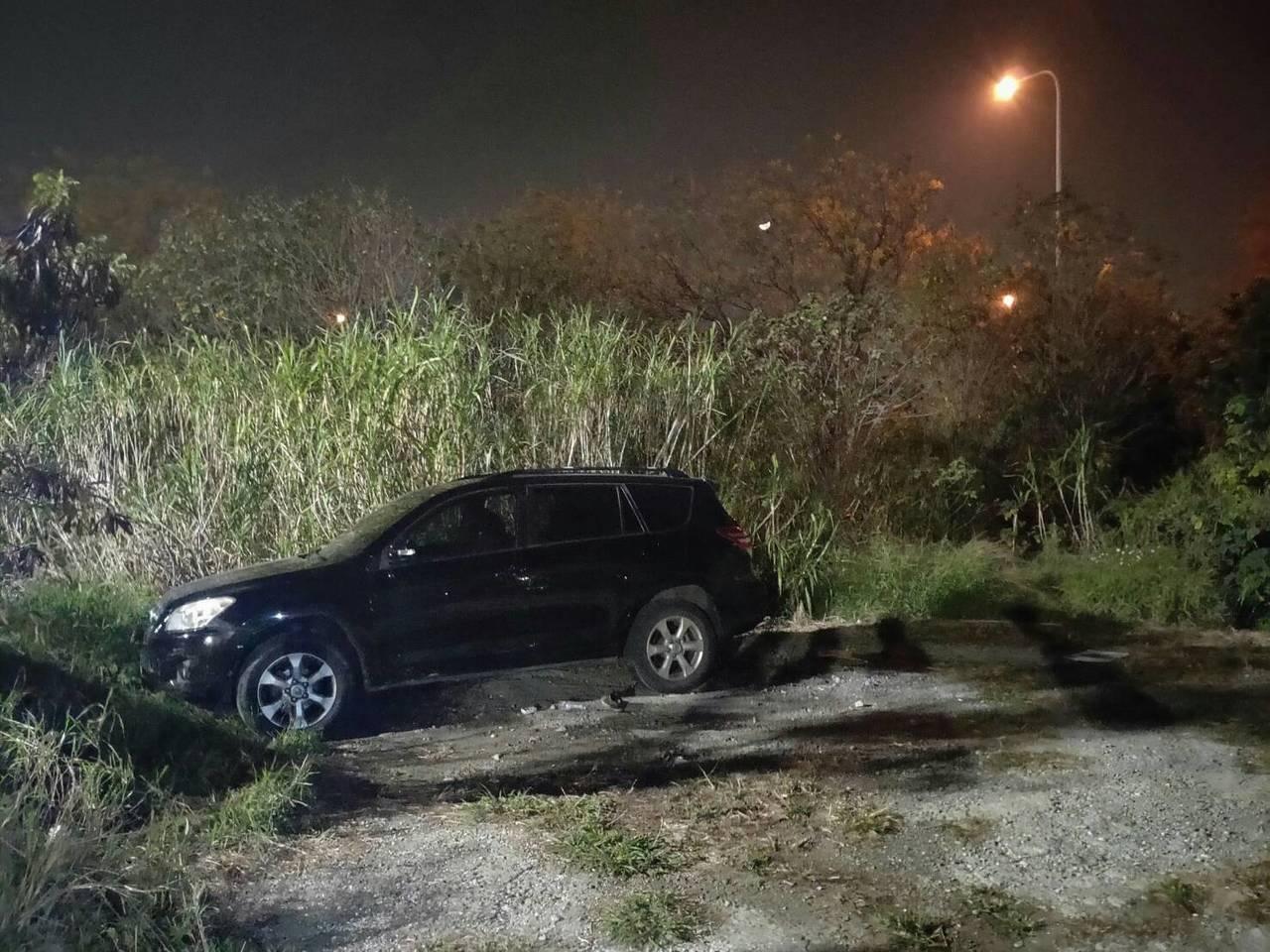 彰化市林森西路中山高附近草叢,疑有人在車內燒炭自殺,在趕到現場發現停放的休旅車,...