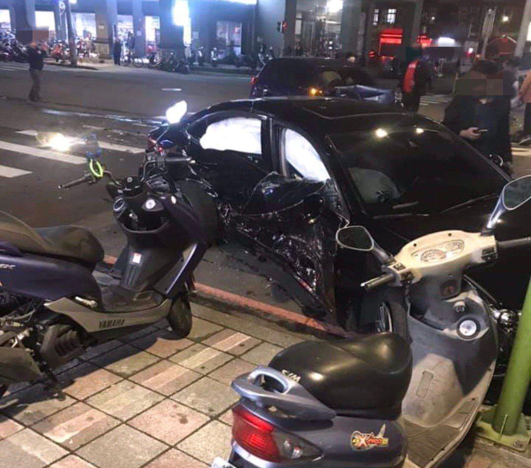 路口2車相撞,黑色轎車側邊全撞爛,嚇壞一旁超商民眾。翻攝自臉書社團「我是樹林人」