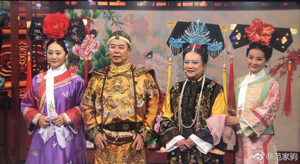 娟子(左起)、張鐵林、趙敏芬、王艷合體重現「還珠格格」。圖/摘自微博