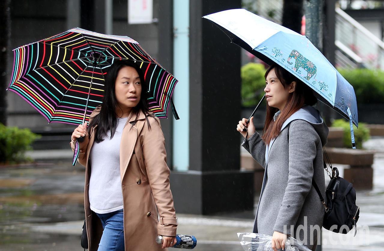 臉書粉專「天氣即時預報」發文表示,今天中午前南部容易有雨,北部、中部、東部及外島...
