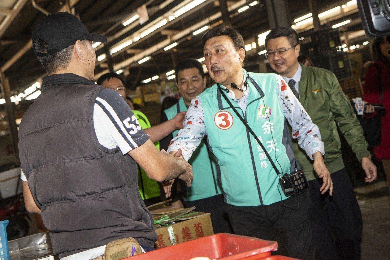 高雄市長韓國瑜的女兒韓冰,昨晚到三重的夜市助選,吸引大批民眾一睹丰采,民進黨三重...