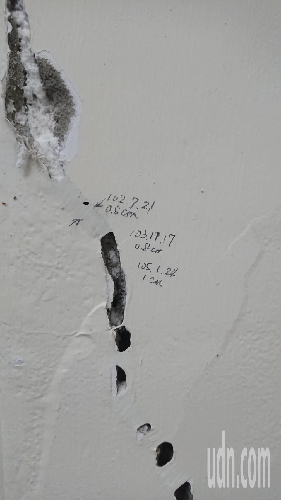 嘉義縣東石消防分隊員記錄廳舍裂痕發生時間,但因砂石漲價,苦等不到改建。記者卜敏正...