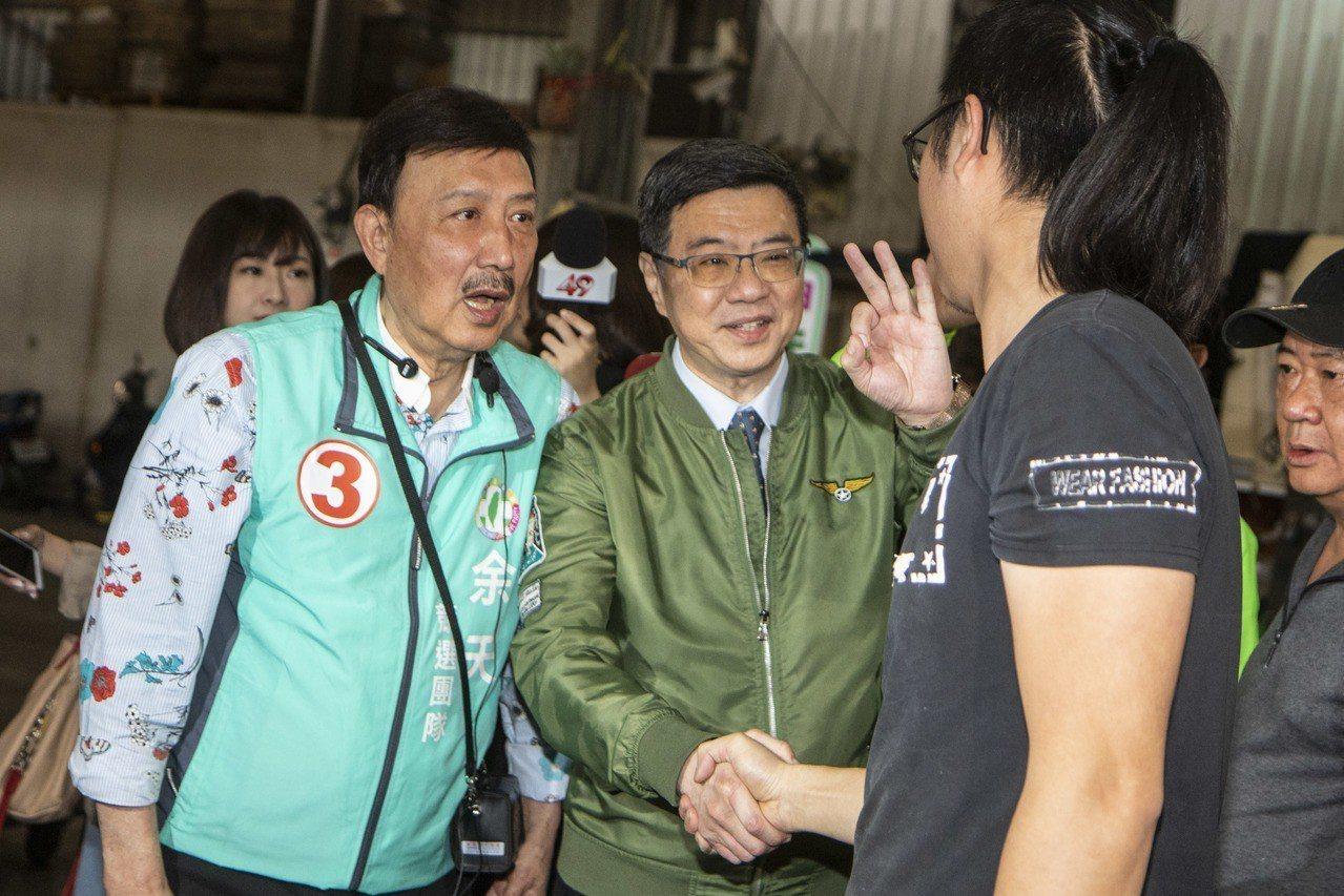 卓榮泰(中)今陪同新北三重立委補選候選人余天到市場拜票。記者王敏旭/攝影