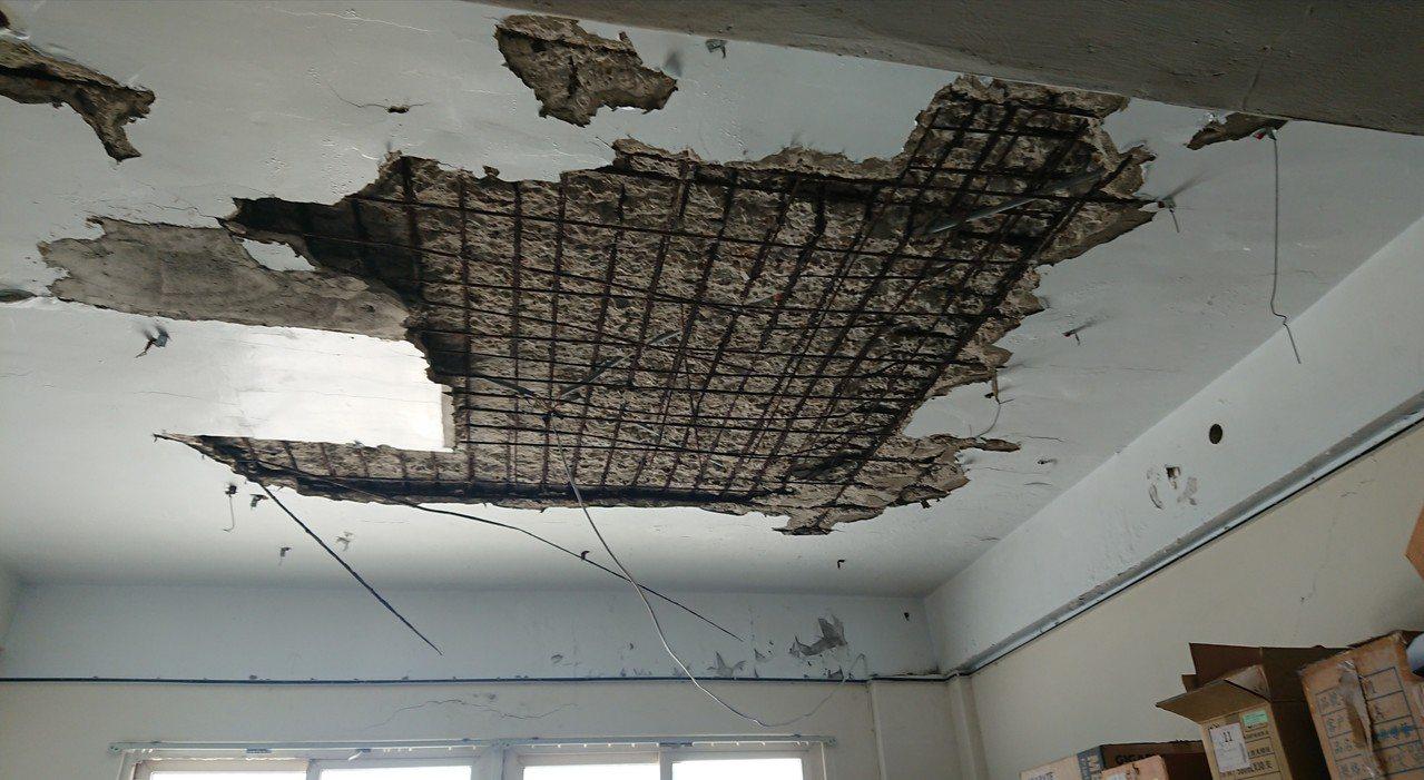 東石消防分隊員寢室天花板,嚴重受損露出鋼筋。 記者卜敏正/攝影