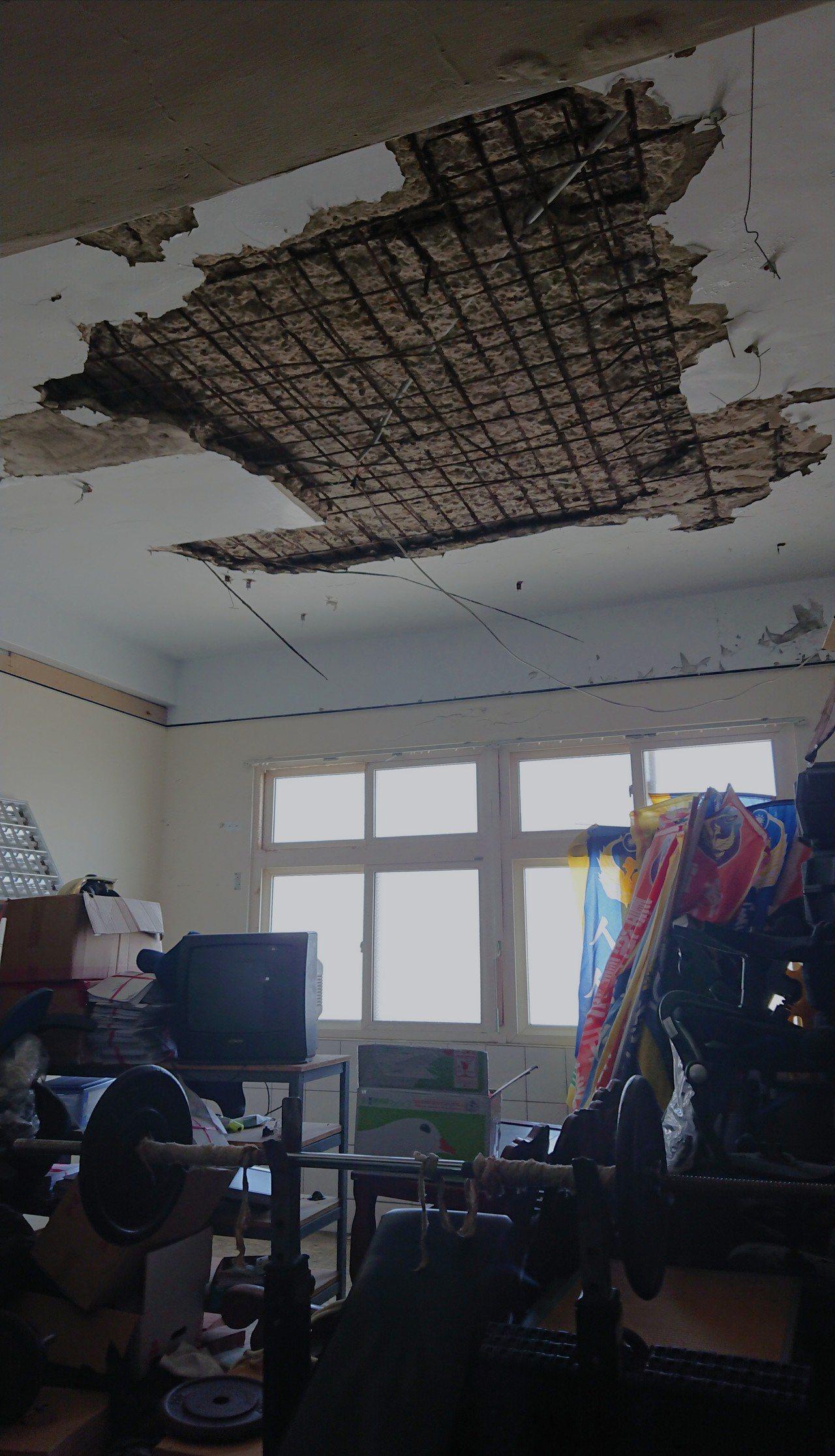 東石消防分隊天花板, 嚴重受損露出鋼筋。 記者卜敏正/攝影
