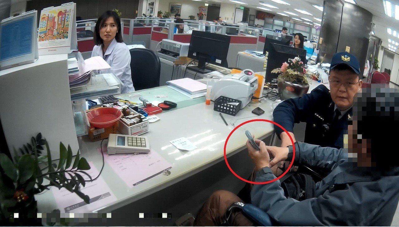 保七員警與行員向陳男解釋這是詐騙集團的慣用伎倆,尤其是陳男受傷需要用到錢,千萬不...