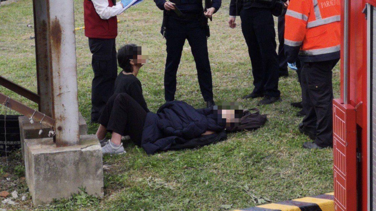 袁姓少年躺在草坪上,袁母坐在一旁陪伴。記者李承穎/翻攝