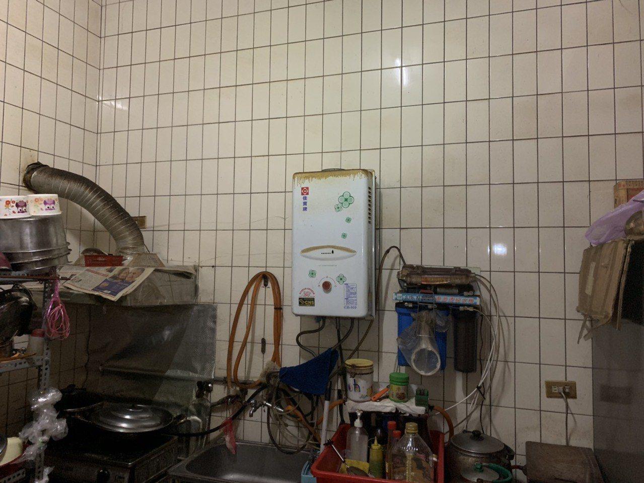 台中市南區九旬老翁昨天傳出一氧化碳中毒意外,警消發現老翁將瓦斯熱水器戶外機裝設在...