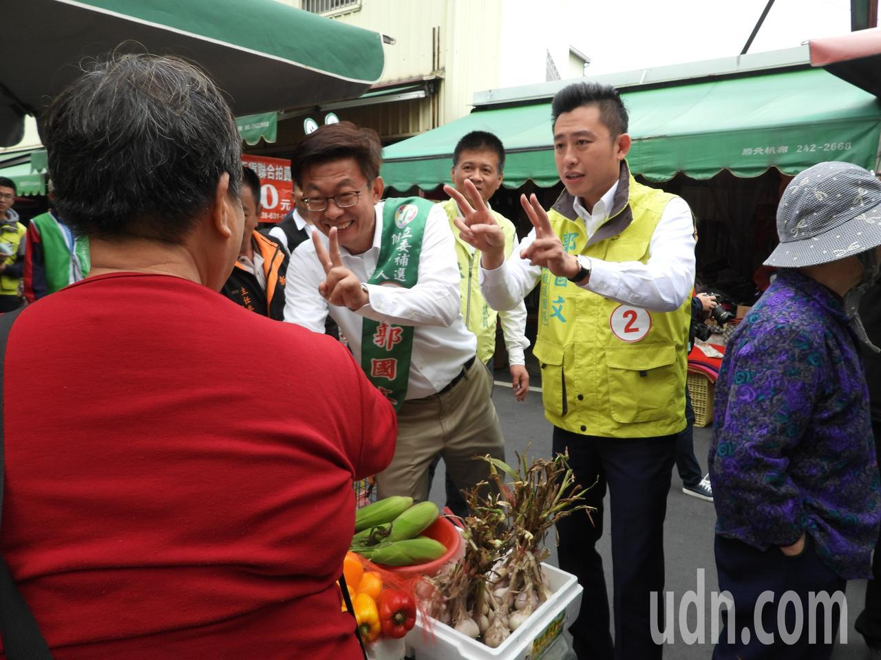 新竹市長林智堅上午陪台南新市為候選人郭國文掃街拉票。記者周宗禎/攝影