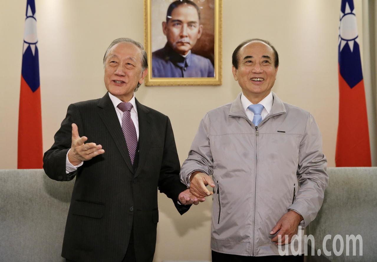 宣布參選總統的國民黨立委王金平(右),上午在立法院會見新黨主席郁慕明(左),兩人...
