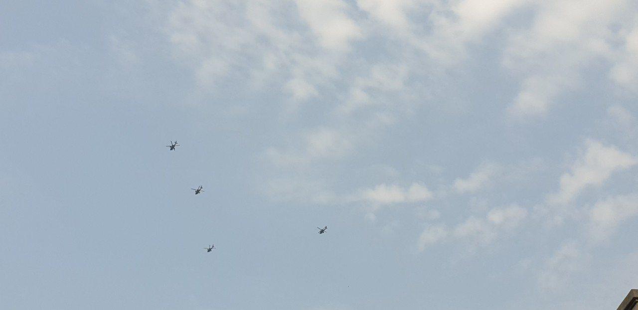 豐原天空昨天飛來很多黑鷹直升機,原來是空軍演練。記者游振昇/攝影