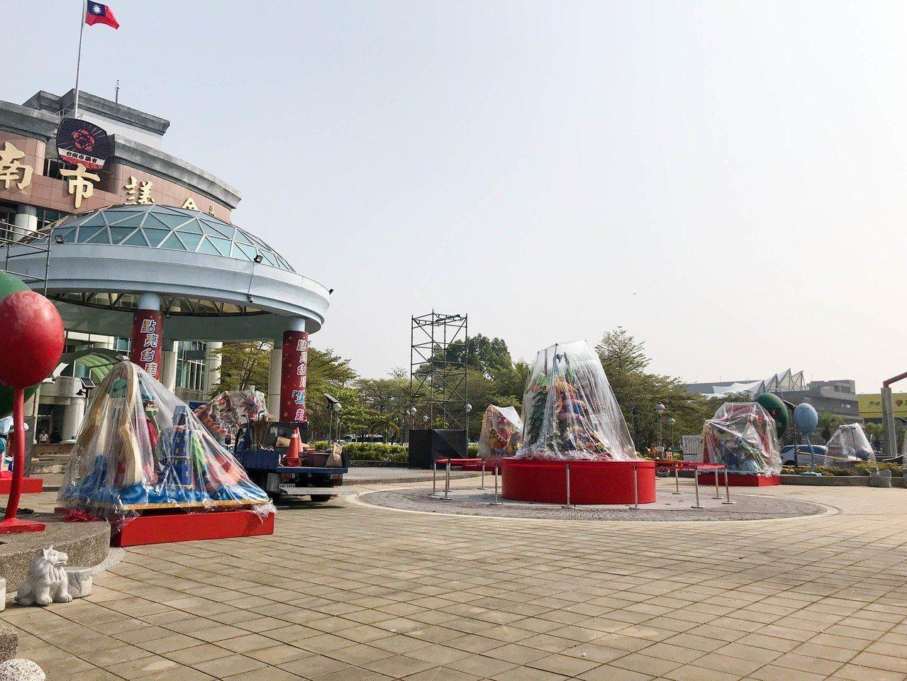 「點亮台南議起SHOW」燈會將於明晚開跑,預計在台南市議會廣場展出到4月7日。 ...