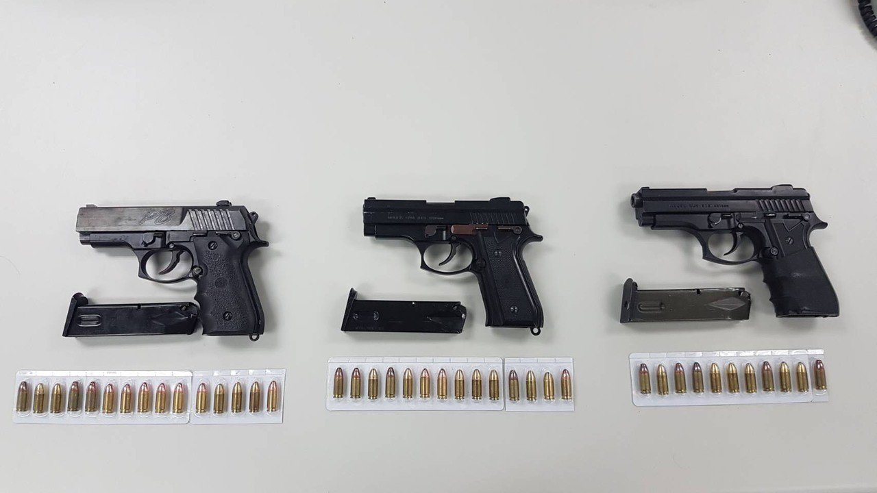 李男火力驚人,持3把改造手槍和40發子彈。記者李承穎/翻攝