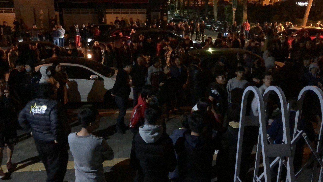 台南虐童致死案,引發社會各界關切,大批民眾前往台南地檢署了解強制處分。圖/本報資...