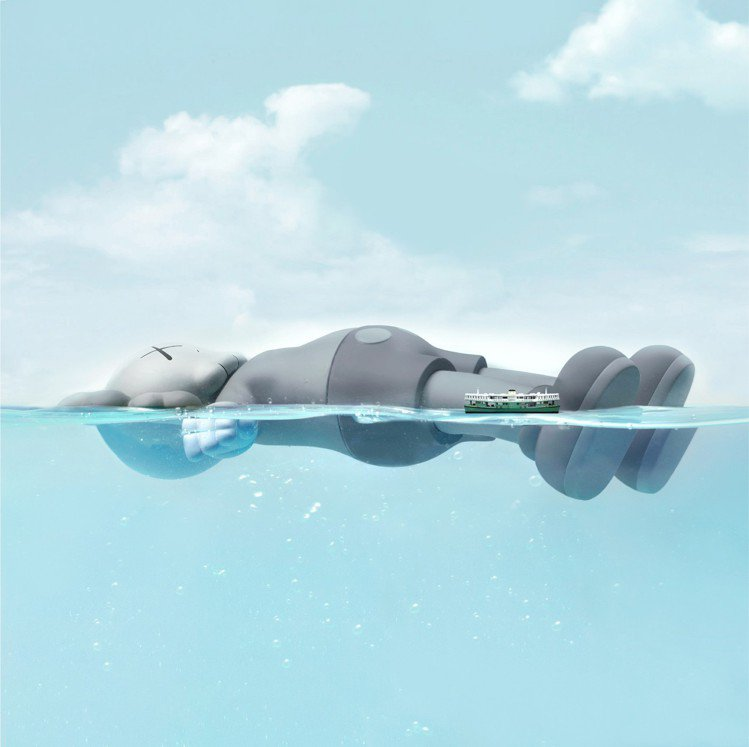 KAWS至今最大型臥姿藝術作品,乘著「香港藝術月」破浪登場。圖/港旅局提供