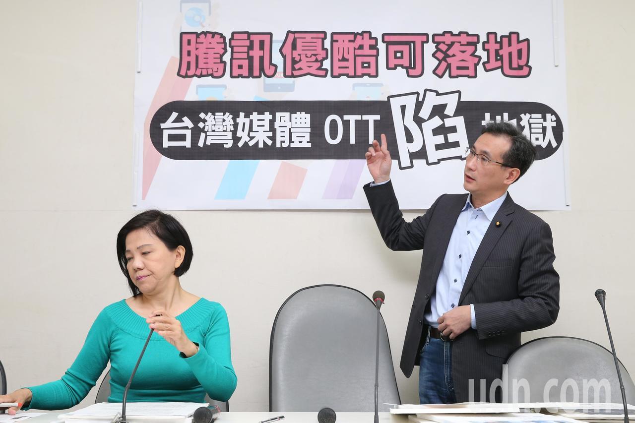 立委鄭運鵬(右)、葉宜津(左)上午在民進黨立院黨團舉行記者會,要求NCC研商中國...
