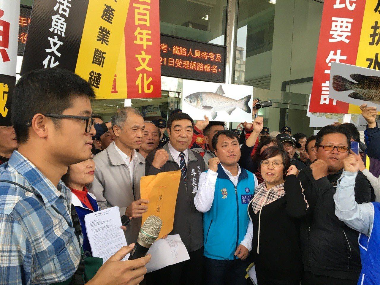 市府農業局長郭承泉(左二)經協調後,親自出面接下陳情書。記者張裕珍/攝影