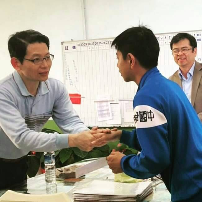 安得烈慈善協會執行長羅紹和(左)鼓勵因罕病失明的學生廖紘緯(右),勇敢度過人生難...