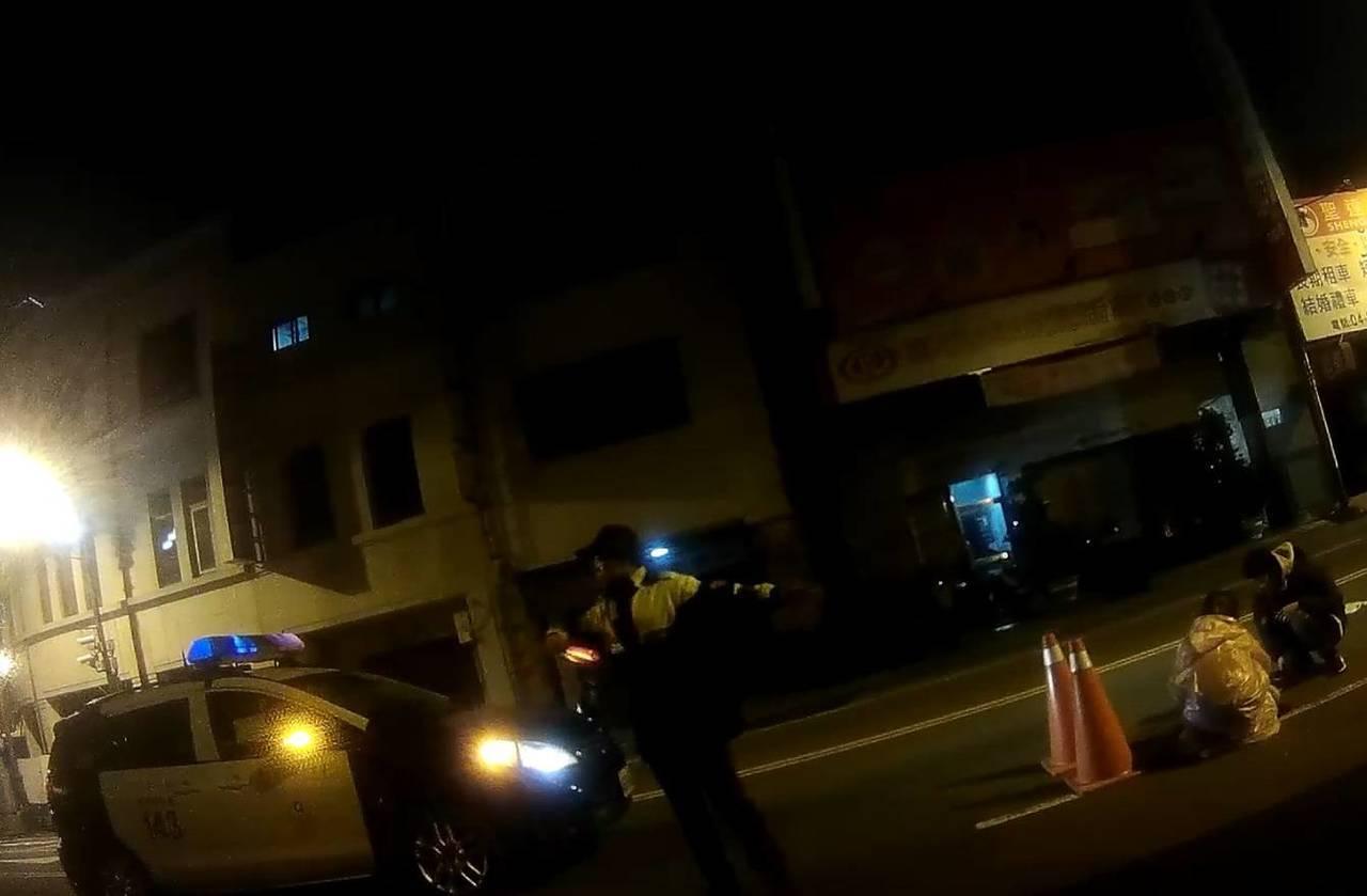 林姓婦人駕車撞上一隻浪貓,嚇得驚慌失措,所幸員警蘇宥瑋、謝在哲擺設交通錐,並護送...