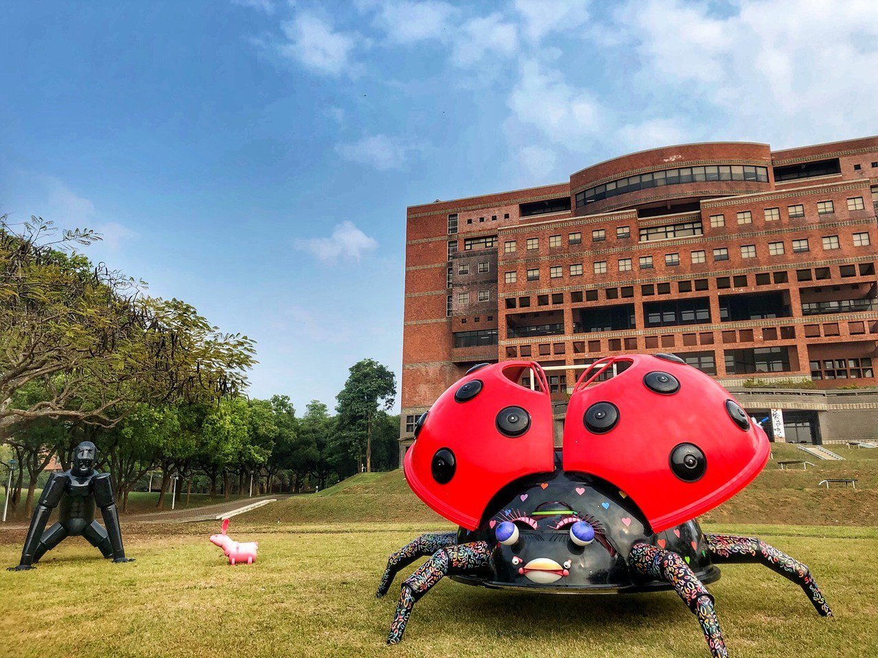 大瓢蟲高300公分,用水塔等廢棄鐵件製成。記者謝恩得/攝影