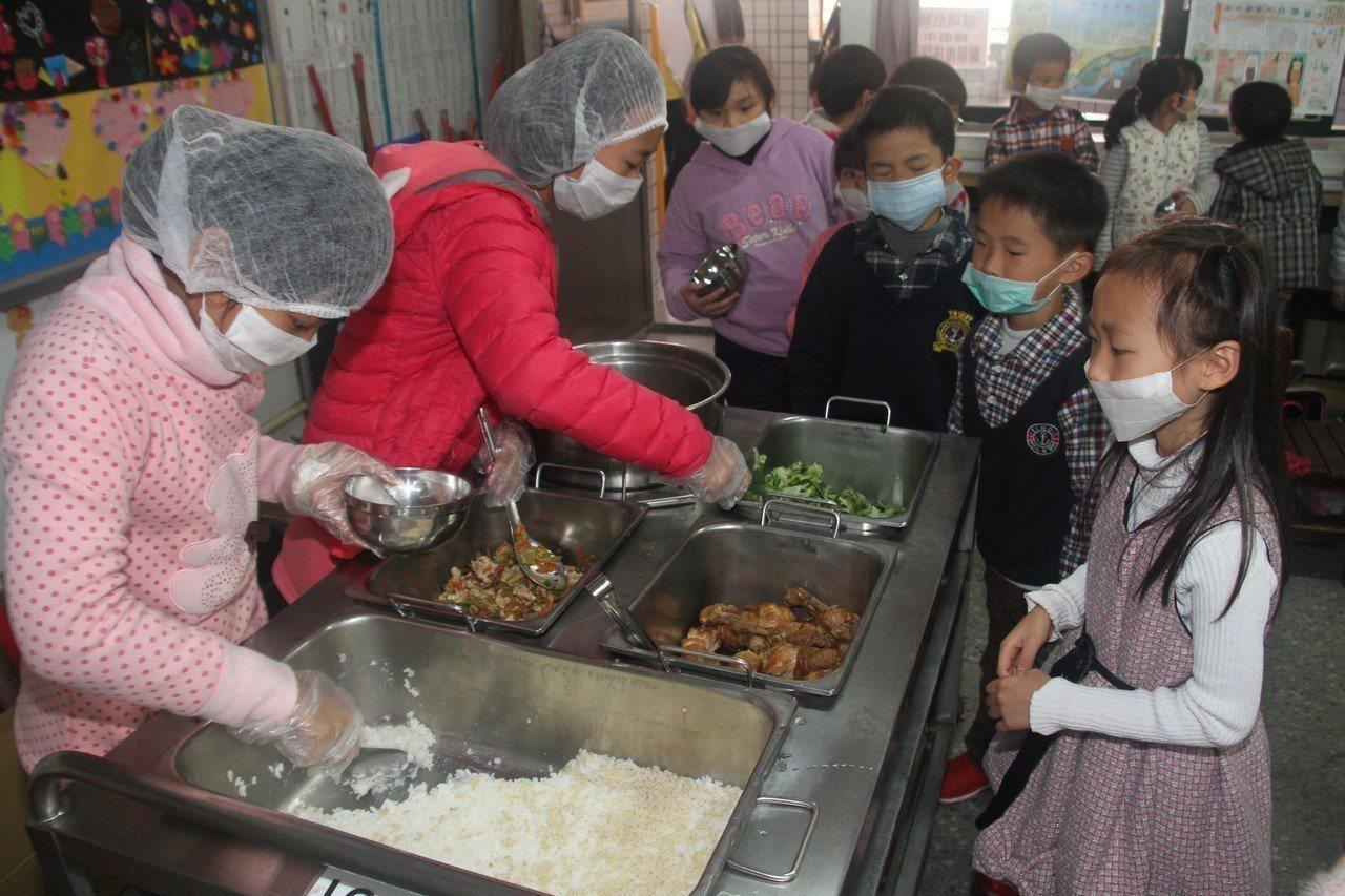 108年9月第一學期開始,新竹縣轄下120所國中小營養午餐正式升等,5萬名國中小...