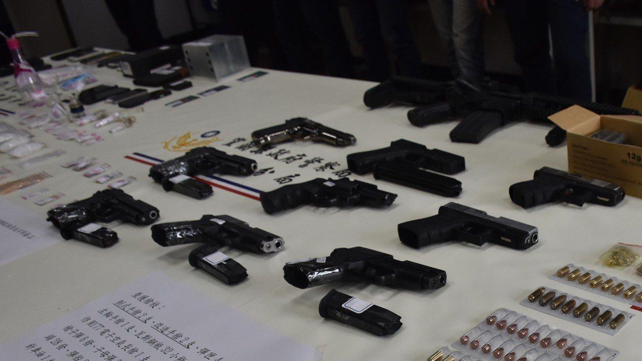 警方查獲2支制式手槍、2支改造手槍、5支空氣槍及彈匣、子彈49發,並查扣第二級毒...