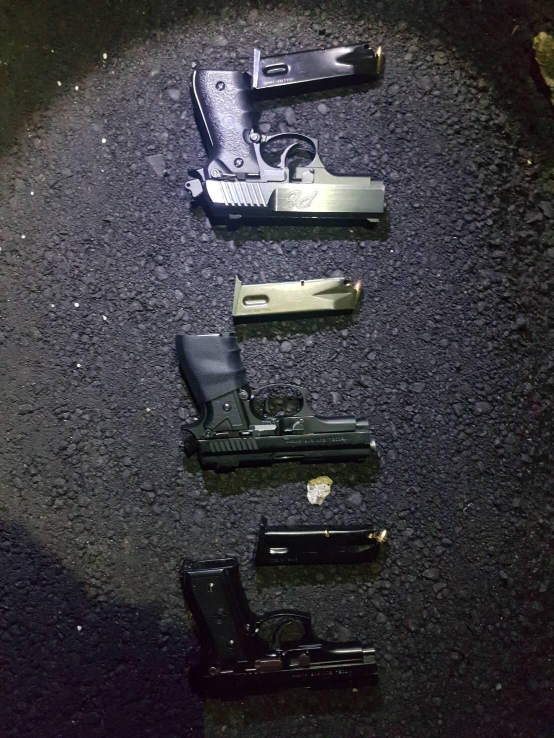 李男腰際發現3把改造手槍,左、右及後方腰際各插1把,且都已呈上膛狀態,並附有彈匣...