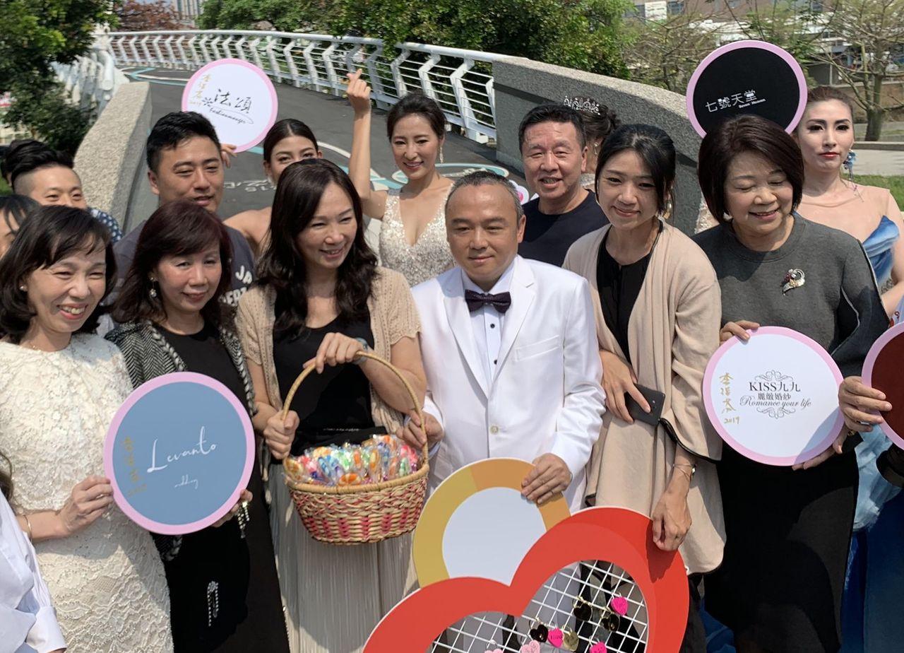 高雄市長韓國瑜的太太李佳芬(前左三)籲支持韓國瑜的朋友們不要對他人做人身攻擊。記...