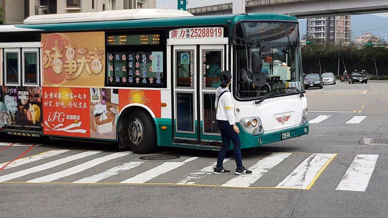 北市22天內發生兩起公車右轉撞斑馬線上行人死亡車禍,警方今找三重客運拍攝駕駛注意...