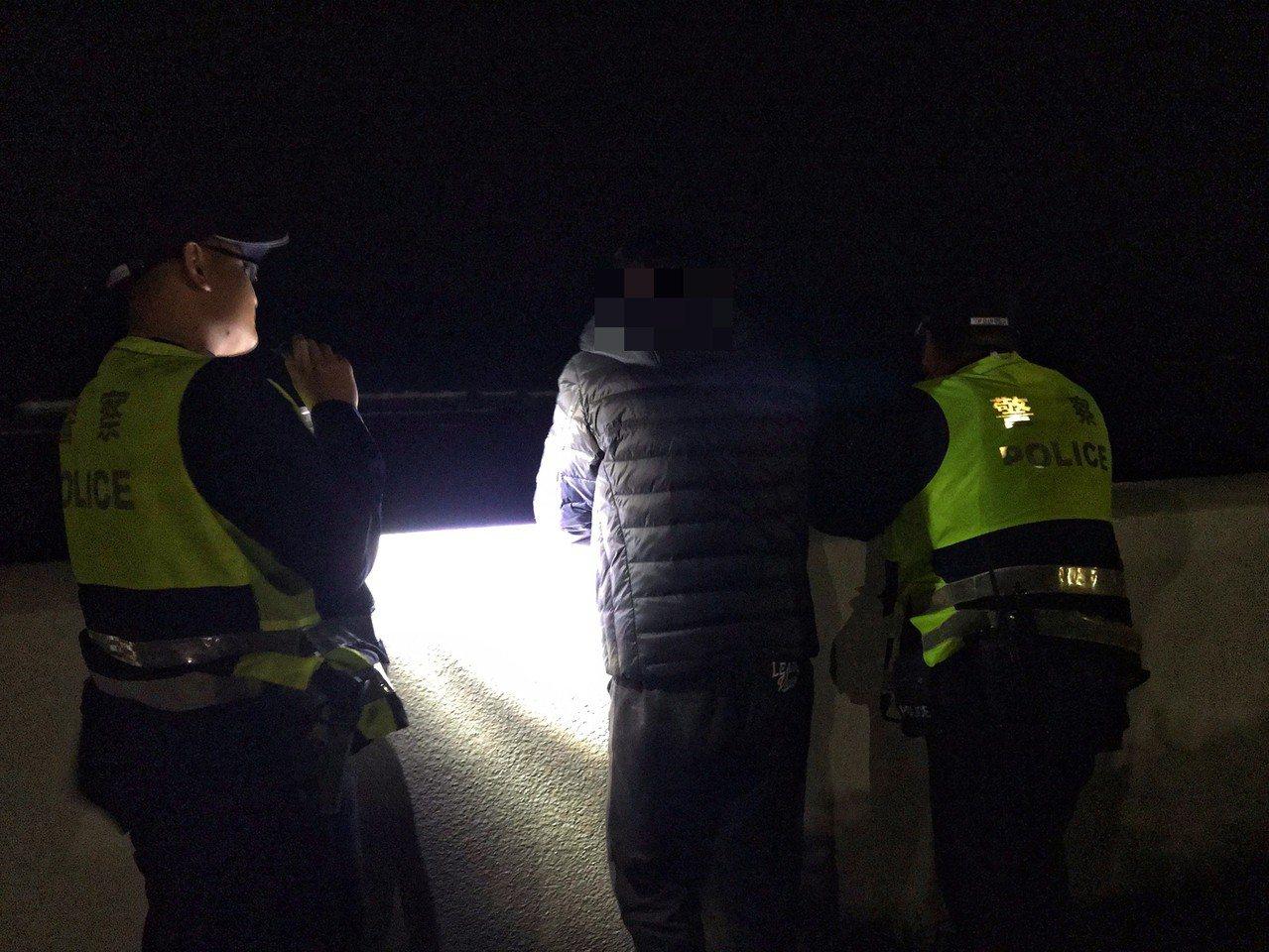 巡邏發現一名男子獨自站在石門婚紗廣場旁海岸邊傷心落淚,全身酒味,員警不斷安撫,並...