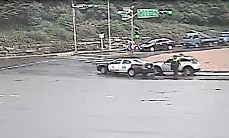 白色休旅車逃到淡海新市鎮才被巡邏車攔下。記者林昭彰/翻攝