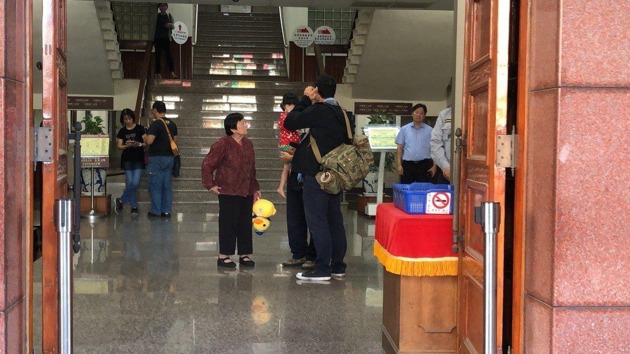 台南高分院合議庭裁定謝志宏案開始再審,並停止刑罪之執行,謝的家人很開心。圖/本報...