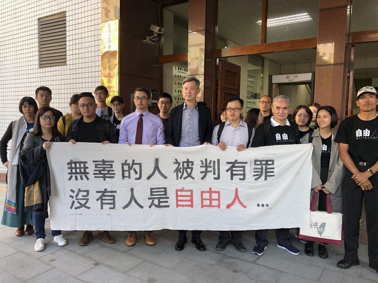 台南高分院合議庭認謝志宏所寫的行蹤稿等新證據,足以動搖原確定判決關於該案行凶人數...