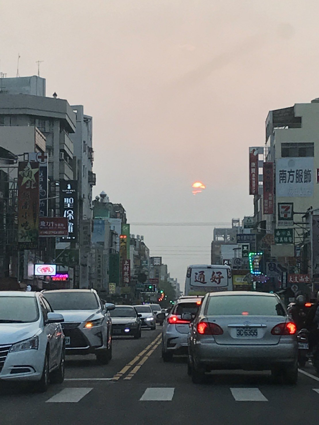 懸日奇景!嘉義市昨天多個東西向道路口擠滿追日市民,也傳出多起車禍事件。圖/本報資...