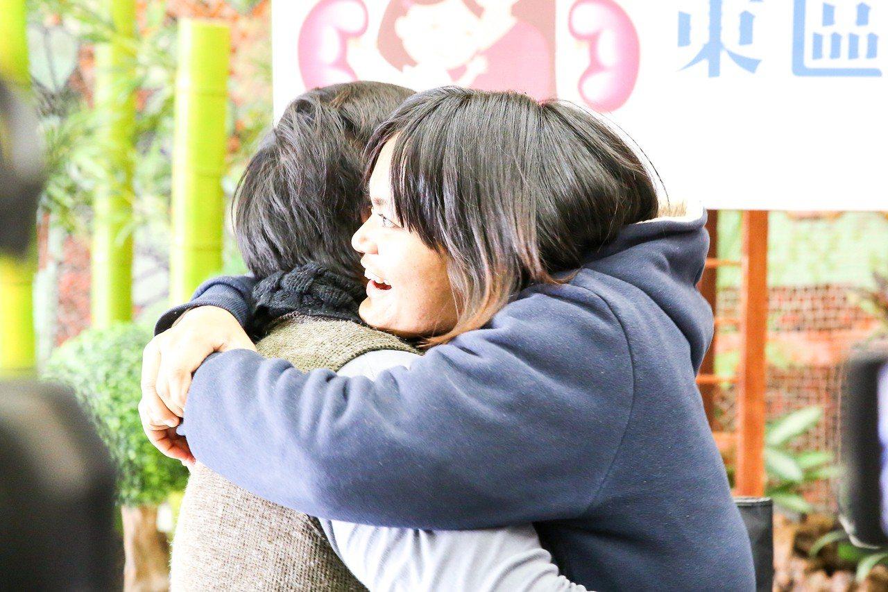 蔡嘉琳(右)今天擁抱母親陳美玲表達感謝。圖/慈濟醫院提供
