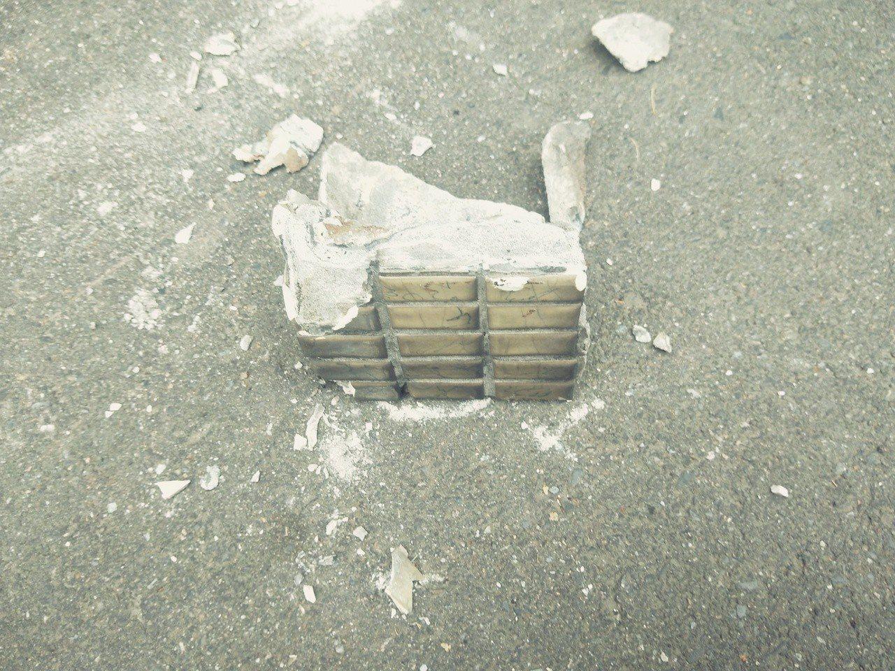 基隆市中正路靠近信二路口有舊公寓外牆發生磁磚剝落,其中夾雜有一大塊水泥砸落。記者...