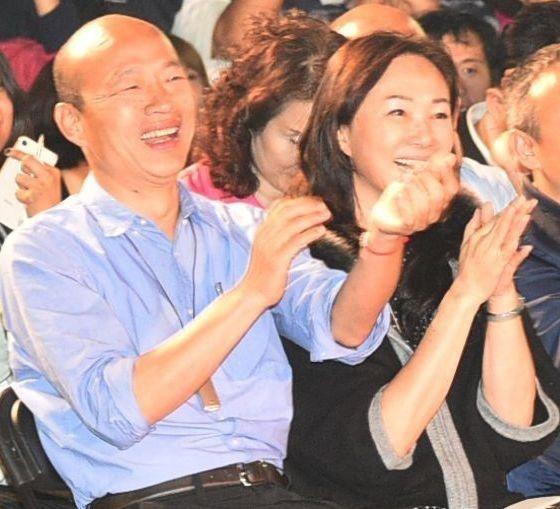 高雄市長韓國瑜(左)本月22日起將出訪香港、澳門、深圳和廈門,他的另一半李佳芬將...