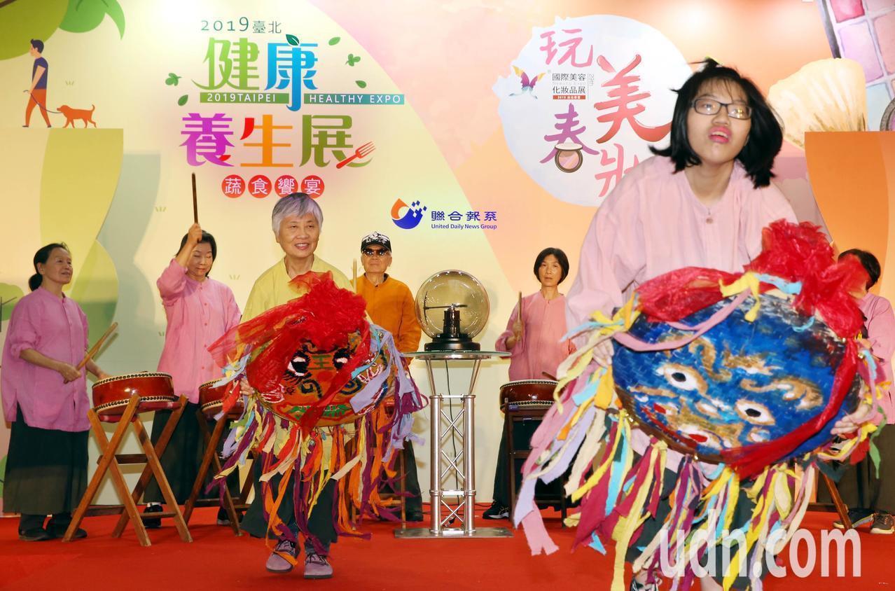 「2019台北健康養生展」今天在台北世貿一館登場,開展首日於大會舞臺邀請一群年齡...