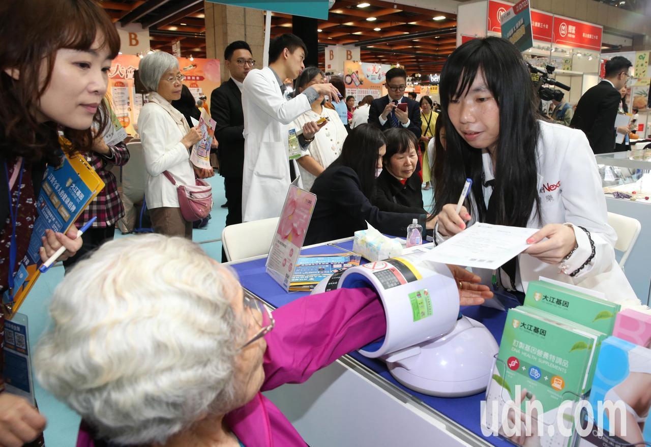 「2019台北健康養生展」今天在台北世貿一館登場,大會現場除有獎徵答送好禮外,還...