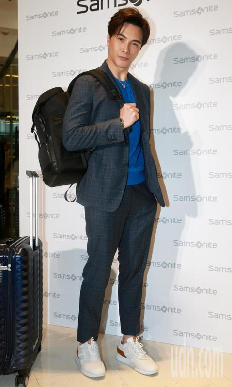 藝人謝佳見為知名行李箱品牌代言,並擔任一日店長。第一手體驗「專屬客製」服務,現場手作烙印在行李掛牌上「MV」二個字母,邀大家浪漫放閃過白色情人節。