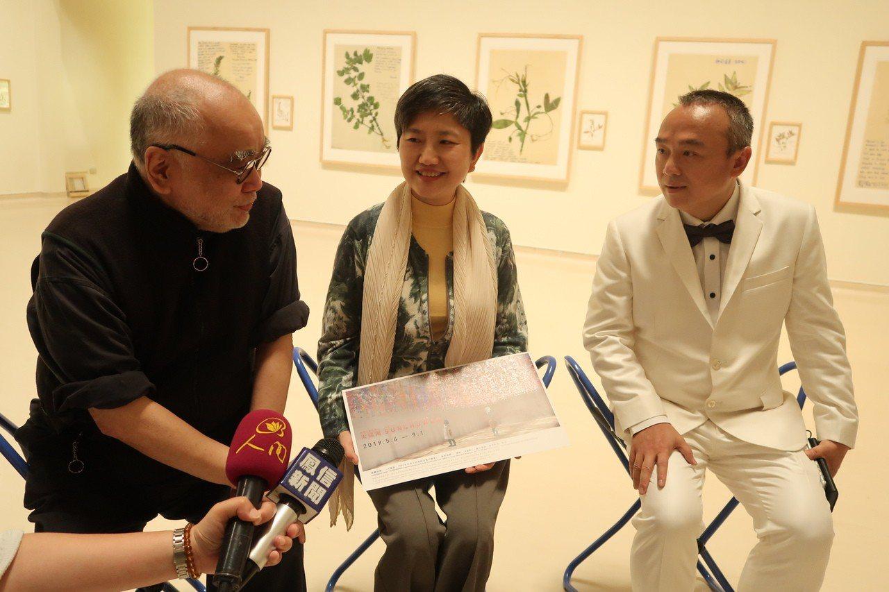 高雄三月觀光大使「香港文化教父」榮念曾(左)、觀光局長潘恒旭(右一)與高美館長李...