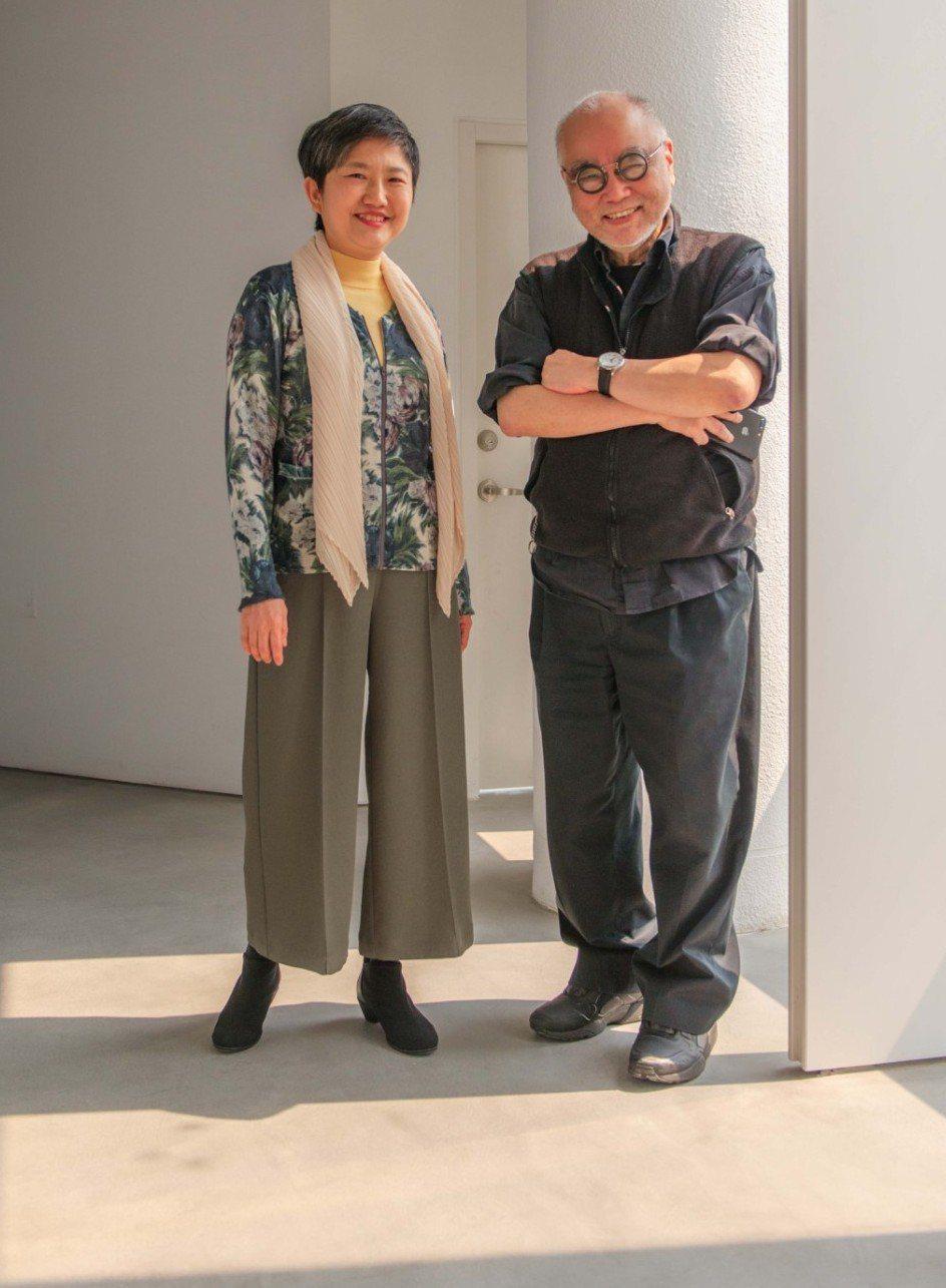 「香港文化教父」榮念曾(右)與高美館長李玉玲,討論高美館展域。記者徐如宜/攝影