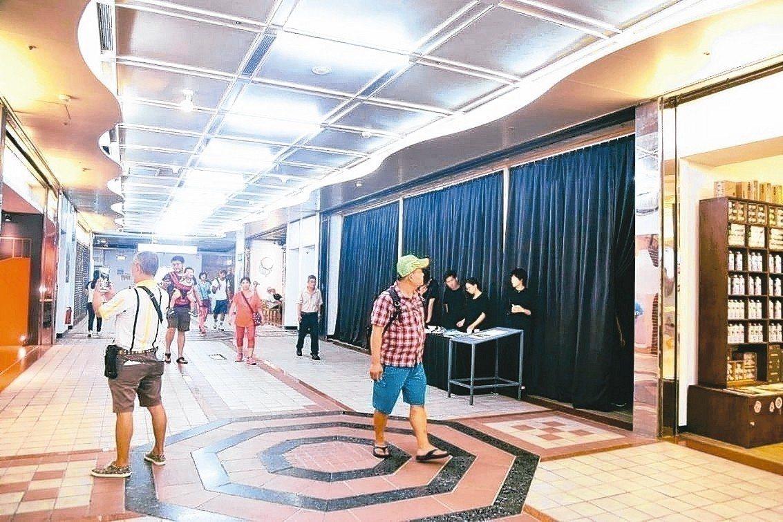 台北市長柯文哲將龍山寺地下街改為「艋舺龍山文創B2」,但是人潮、生意始終不見起色...