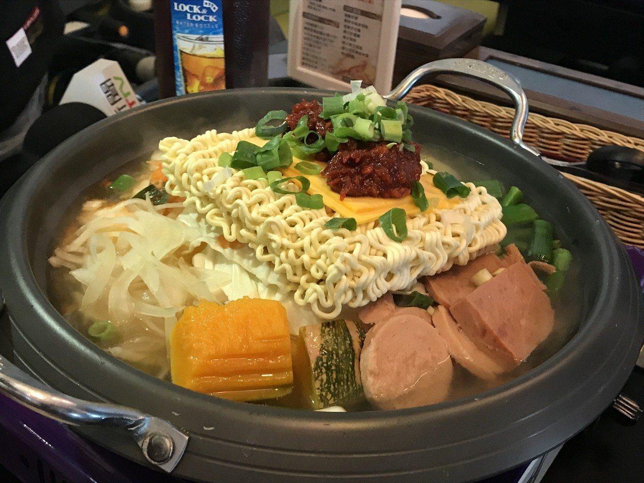 屏東吹起變裝風,民眾到「江原道」韓式料理店,可體驗穿著韓國傳統服。記者江國豪/攝...