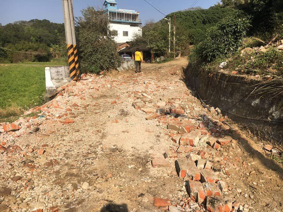 時代力量新竹市議員廖子齊曾表示,兩三年間,一座山就這麼被挖空、被營建剩餘土石方填...