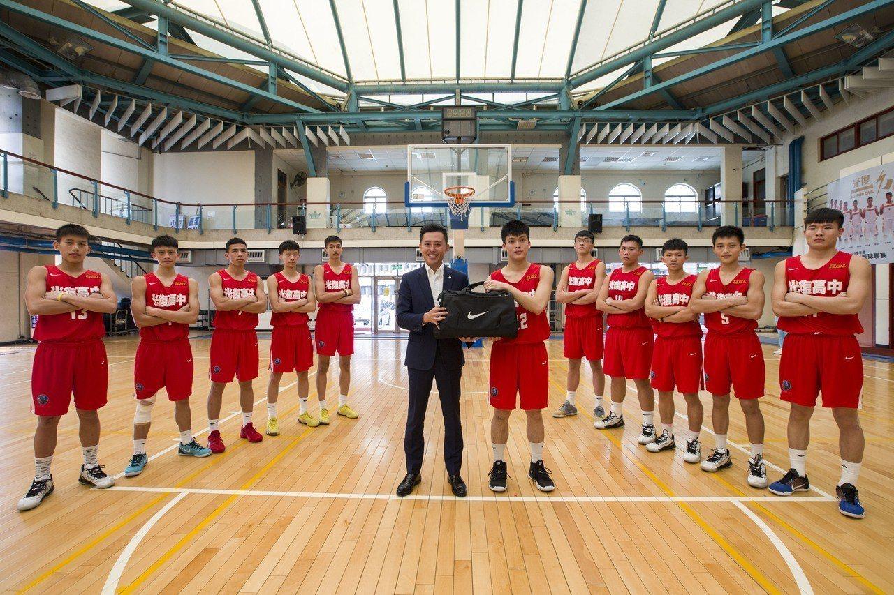 新竹市光復高中今年在「107學年度HBL高中籃球聯賽準決賽」成為黑馬,一路過關斬...