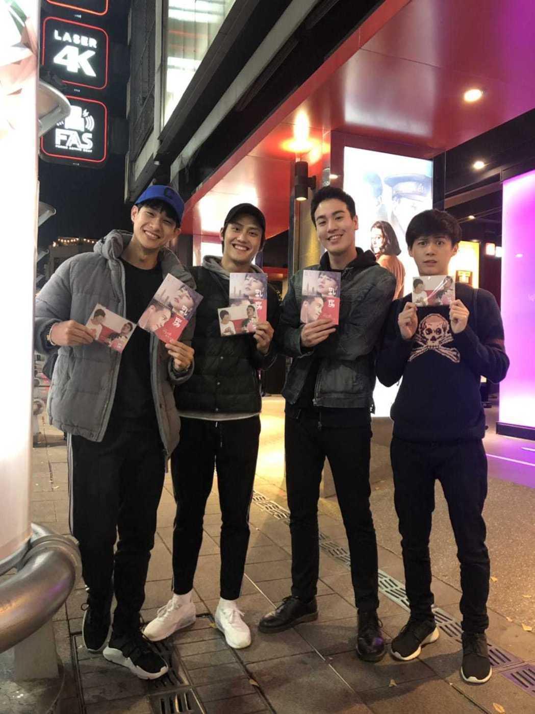 謝毅宏(右2)在「乳・房」當中與劉香慈對戲演出男主角,同演「越界」的好友盧彥澤(