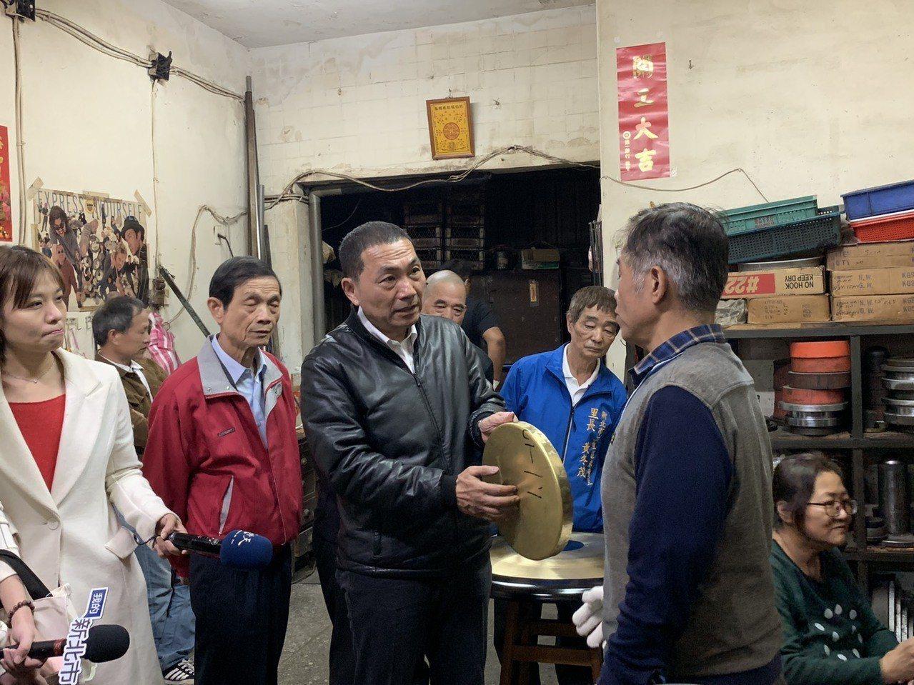 侯友宜稍早到三重拜訪以手工銅鑼聞名全台的「三重銅鑼廠」。記者張曼蘋/攝影